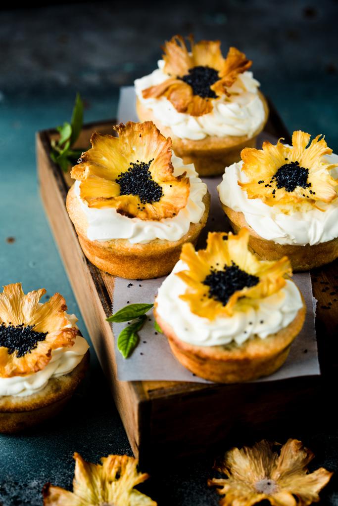 babeczki-z-kwiatami-ananasa-pineapple-cupcakes