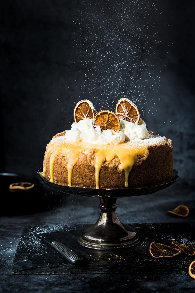 ciasto-cytrynowe-z bitą śmietaną sypiący cukier puder lemon-cake