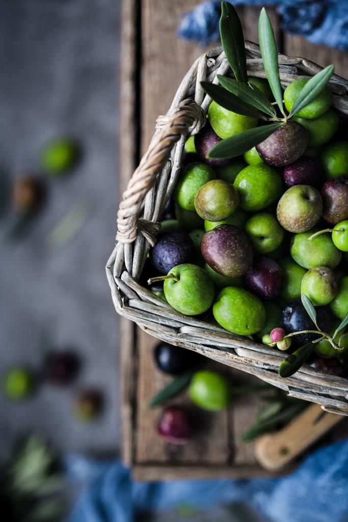 zielone-oliwki-w koszu olives